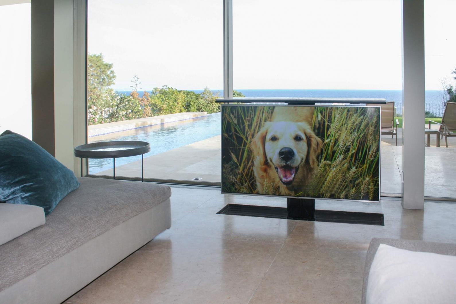 Ocultar una TV en el suelo es posible. Sistema de ocultación del televisor en el propio suelo de un chalet.