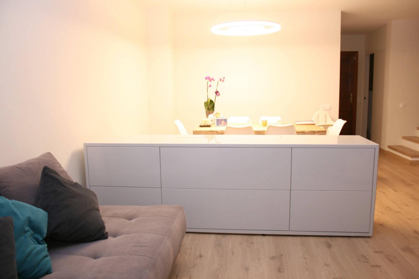 Mueble aparador con tv oculta y 6 cajones en gris perlado for Mueble aparador
