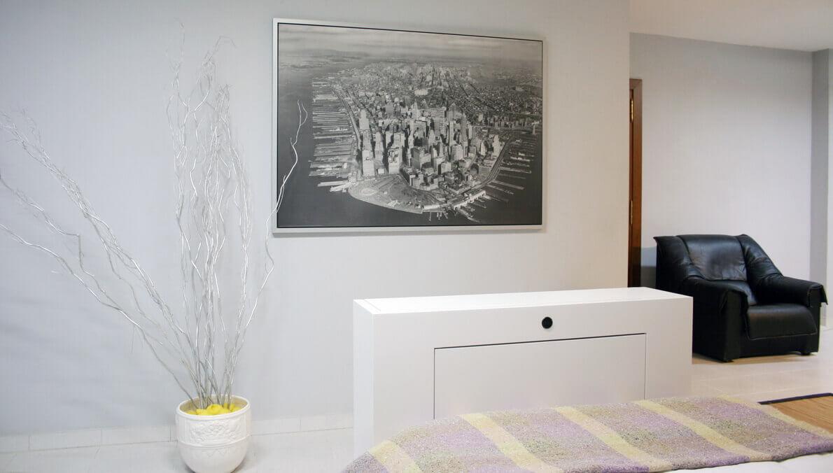 Mueble a los pies de la cama para nuevo cliente en for Mueble tv dormitorio